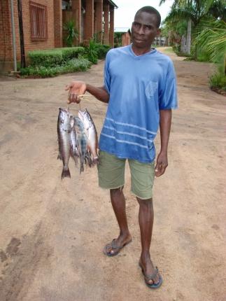 Ein Fischer bietet seinen Fang an.
