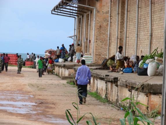"""Warten auf die Fähre """"Ilala"""" in Nkhata Bay."""