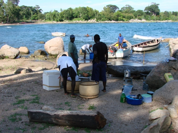 Unser Privatkoch, zusammen mit Fängern geschickt von der Familie Grant für unsere weitere Tour mit dem Boot über den Malawisee.